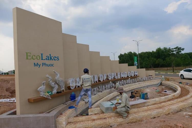 Cổng chính đang xây dựng tại dự án khu đô thị EcoLakes Mỹ Phước Bình Dương