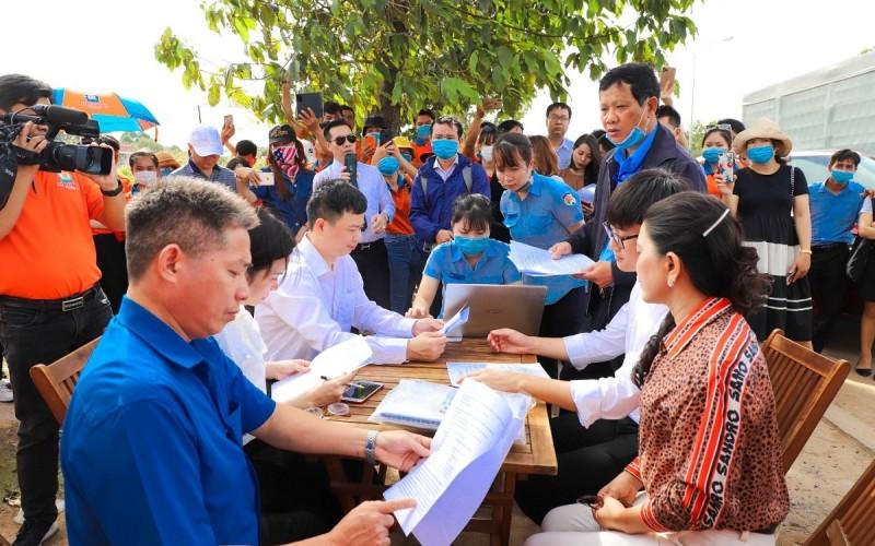 Đại diện hai bên ký biên bản bàn giao đất tại dự án Khu dân cư Hòa Lân.