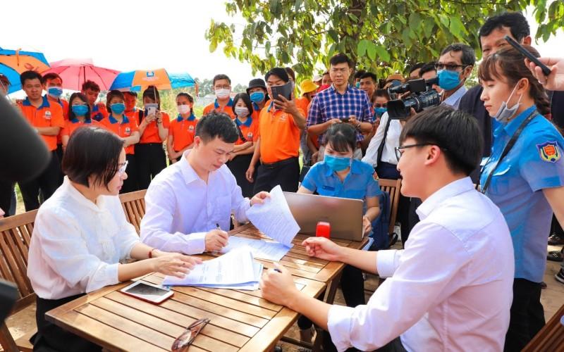 Bà Nguyễn Thị Ái Thơ – Phó Giám đốc Agribank Chợ Lớn ký biên bản bàn giao dự án Khu dân cư Hòa Lân cho Kim Oanh Group